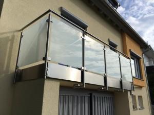 Balkonverkleidung mit integrierter Regenrinne